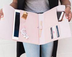 iPad Pro - The Marilyn iPad Case Purse Organizer - iPhone tipps - Ipad Mini, Pochette Mac, Planer Cover, Accessoires Ipad, Coque Ipad, Things To Buy, Stuff To Buy, Purse Organization, Organizing