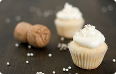 / New Year's Eve Champagne Cupcakes {Cupcake Monday}  New Year's Eve Champagne Cupcakes