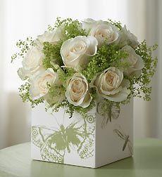 Centro de mesa con rosas y solidago.