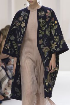 Christian Dior at Couture Fall 2018 - autumn fashion Floral Fashion, Ethnic Fashion, Hijab Fashion, Runway Fashion, Fashion Dresses, Womens Fashion, Fashion Trends, Ladies Fashion, Boy Fashion