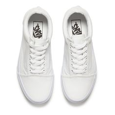 Vans Unisex Old Skool Canvas Trainers - True White (195.485 COP) ❤ liked on Polyvore featuring shoes, sneakers, vans, flats, vans shoes, white lace up sneakers, white canvas sneakers, white leather shoes and canvas sneakers