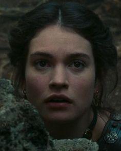 Lily James fue Korrina en Ira de titanes, guapísima