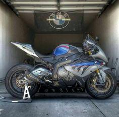 BMW S 1000 RR. Con cosas así sueño yo húmedamente de noche. Preciosa moto...
