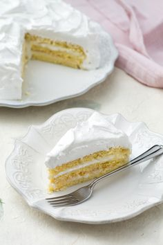 Torta Nuvola: bianca e soffice, coperta completamente di meringa svizzera. Pronti a toccare il cielo con un dito?  [Milk cream stuffed cake, covered by meringue]