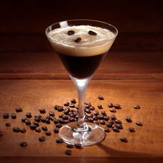 The History of the Martini - Useful Articles Espresso Martini, Peach Martini, Famous Cocktails, Martini Recipes, Mixed Drinks, Pint Glass, Tableware, Martinis, James Bond