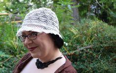 Erfahren Sie mehr über maßgefertigte Hüte von Tate Millinery - besonders über einen Hut, der mit Spitzenborte aus Plauener Spitze gefertigt wurde - auf unserem Blog unter www.modespitze.de/blog