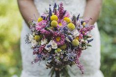 Existe un ramo de novia ideal para cada boda. Si te chiflan los enlaces desenfadados o de estilo shabby, campestre y vintage, te encantarán los ramos silvestres. ¡Descubre cómo esta tendencia puede ser la responsable de ponerle la guinda a tu look! Hippie Chic, Save The Date, Floral Wedding, Floral Wreath, Wreaths, Flowers, Ideas Para, Weddings, Color
