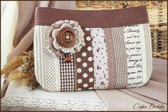 Клатч `Нежный капучино`. Уютная и нежная сумочка-клатч, в мягких оттенках молочного шоколада, капучино и ванильных сливок, словно сладкий десерт. Очень кокетливая и милая.   Передняя часть сумочки собрана из множества натуральных тканей -…