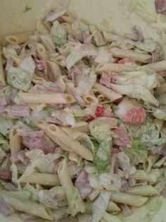 pasta salade ingrediënten: pasta pennen half krop ijsbergsla  paar plakjes salami in stukjes snijden ham reepjes halve komkommer groene heksenkaas met knoflook