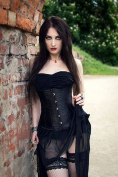 Top Gothic Fashion Tips To Keep You In Style. As trends change, and you age, be willing to alter your style so that you can always look your best. Consistently using good gothic fashion sense can help Gothic Girls, Hot Goth Girls, Punk Girls, Goth Beauty, Dark Beauty, Goth Look, Gothic Models, Goth Women, Metal Girl