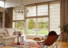 Pleated blinds, duets, roller blinds, blinds - all the same thing? All regulate the suns . Window Treatments Living Room, Living Room Windows, Home Living Room, Blinds For Windows, Curtains With Blinds, Windows And Doors, Roman Blinds, Style At Home, Living Room Inspiration