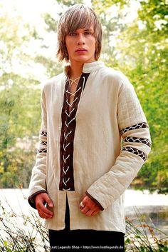 Praktisches mittelalterliches Schnürhemd aus hellem Baumwollstoff. Die Ärmel sind gefüttert und abgesteppt. Hierdurch wird das Hemd auch zum optimalen Unterkleid für Westen, Tuniken, Wamse und Gambesons mit kurzen Ärmeln.