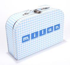 Personaliseer zelf zo'n hip koffertje met naam. Kies de kleuren en geef de naam of de geboortedatum door die wij op het kinderkoffertje mogen drukken voor u.