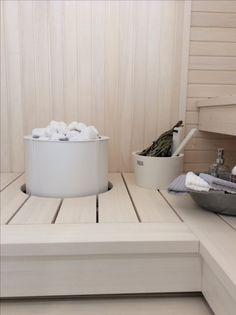 Valkoinen Sumu-kiuas integroituna lauteeseen. http://www.tulikivi.fi/tuotteet/Sumu_E #lomaasuntomessut #kalajoki