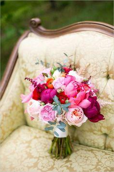 Strauß aus Blumen in grellen Farben