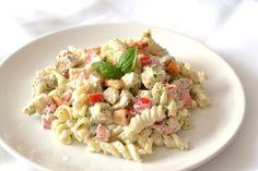 Pestós-görögjoghurtos csirkemell tésztasaláta recept: Egy gyors, egészséges salátarecept, ami a meleg nyári napokra, lehűtve tökéletes választás.