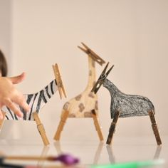 Make a funny Zoo with clothespins! Perfect for a rainny day!(in Spanish)  really cute for kids to do!! tut..