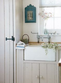 farmhouse sink - love the off whites & blue
