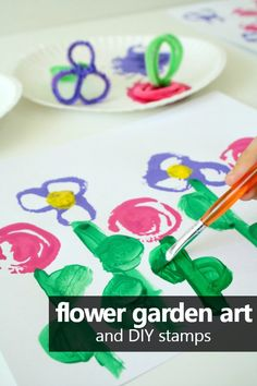 Make your own DIY pipe cleaner flower stamps. Then use them for a flower stamping preschool art project. Older kids will have fun make a whole flower garden. Great for a spring or flower theme! #artproject #spring