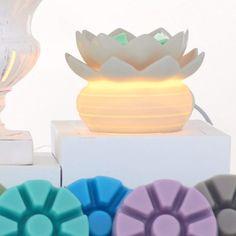 P92109E  ScentGlow-tuoksulyhty - Lootus  Sähkökäyttöinen tuoksulyhty. Posliinia, keraaminen malja. Valkoinen johto. Korkeus 9 cm. Yhteensopivat tuoksutuotteet: Scent Plus Melts