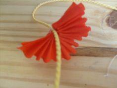Comment faire ? comme promis, je vous montre comment j'ai fait mes colliers hawaiiens. Pour faire les colliers, il faut -du papier crépon de différentes couleurs - de la corde - du fil - un aiguille - des ciseaux Faire des rectangles de papier crépon...