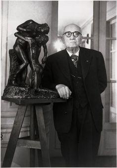 Paul Claudel, chez lui, avec la statue de sa soeur Camille Claudel Description : mai 1949 Auteur : Brassaï