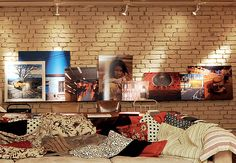Reproduções de fotos feitas pelo morador, o arquiteto Vitor Penha, ficam na prateleira da parede ao fundo, na sala. Observe como ele usa o recurso da sobreposição