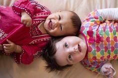 Consejos para elegir el perfume de tu bebé. Uno de los mejores olores que podemos imaginar es el de los bebés, ya que su piel desprende un aroma dulce y característico de forma natural.