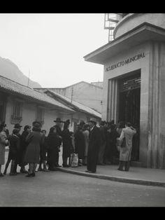 Nada nuevo bajo el sol. Fila de usuarios del Acueducto Municipal de Bogotá en los años 20s.