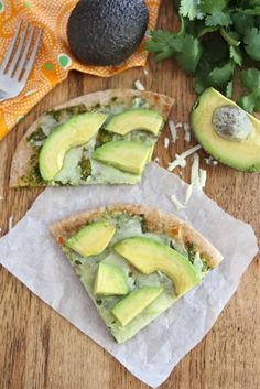 Whole wheat pita bread topped with cilantro sauce, mozzarella cheese, and avocado slices. This easy pita pizza is great for lunch or dinner. Think Food, I Love Food, Good Food, Yummy Food, Tasty, Vegetarian Recipes, Cooking Recipes, Healthy Recipes, Simple Recipes