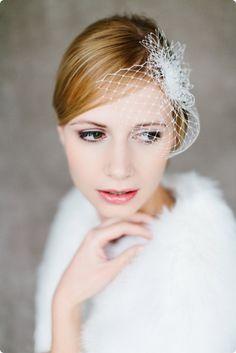 High Glam! Ein glamouröser Fascinator/Birdcage mit funkelnden Swarovski Kristallsteinen für einen eleganten Auftritt.