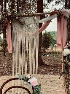Voilage rose poudré et macramé pour cette arche bohême chic ! Wreaths, Curtains, Chic, Home Decor, Dusty Rose, Shabby Chic, Blinds, Elegant, Decoration Home