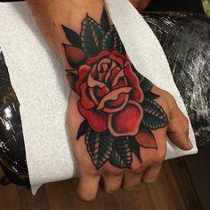 Richard Lazenby traditional old school rose hand tattoo Trendy Tattoos, Love Tattoos, Beautiful Tattoos, New Tattoos, Hand Tattoos, Tattoos For Guys, Dream Tattoos, Tatoos, Tattoo Henna