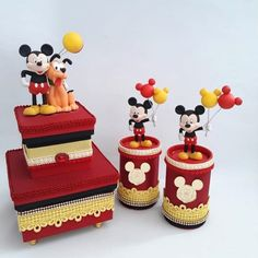 Lembrancinhas do Mickey: 85 ideias e tutoriais que são pura magia Cupcakes Mickey, Circo Do Mickey, Mickey Clubhouse, Disney Parties, Mickey Party, Decoupage, Birthday Cake, Ale, Biscuit