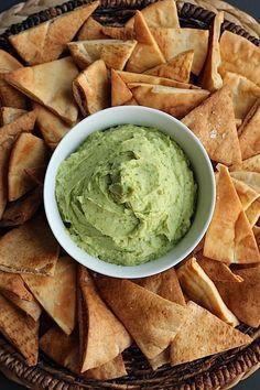 Dip de hummus con chips crujientes de pan pita salados