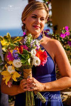 Grandiosas flores adornan el colorido  ramo para las damas. Todo increible para tu Boda en Playa.