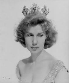 Early photo of the Duchess of Alba wearing an emerald and diamond tiara.