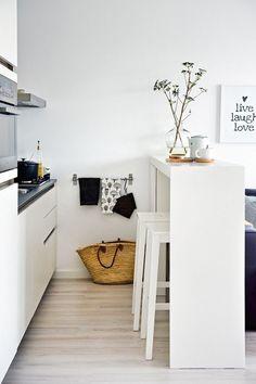 Más de 80 fotos de decoración de cocinas pequeñas: Si elegimos nuestra barra americana un poco más alta de lo normal, podremos utilizarla para guardar los taburetes e incluso incorporar un espacio de almacenamiento extra