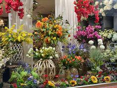 Escaparate floral de tulipanes, buganvillas, mimosas y lavandas!! Mimosas, Bougainvillea, Orange Blossom, Tulips, Shop Displays, Lavender, White People, Flowers