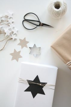 Black and white star gift wrap- cadeau inpakken zwart wit stijl Wrapping Gift, Gift Wraping, Creative Gift Wrapping, Christmas Gift Wrapping, Creative Gifts, Wrapping Ideas, Unique Christmas Gifts, Noel Christmas, Christmas Crafts