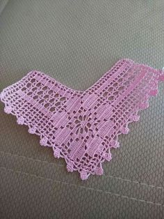 This Pin was discovered by NAH Patterns For Crochet Baby Shoe A beautiful lace that can be used in various forms. Do It Yourself Knot Pillow Find the best knitting patterns collection by knitting with love and learn how to knit for women, man, babies clot Col Crochet, Filet Crochet, Crochet Motif, Crochet Doilies, Crochet Flowers, Crochet Stitches, Crochet Baby Shoes, Baby Blanket Crochet, Crochet Clothes
