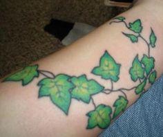 Tatouage de vigne de lierre sur le poignet
