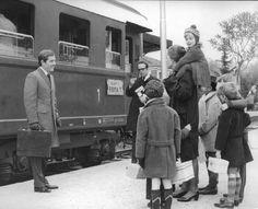 """Scena del film """"Tenderly"""" - Regia Franco Brusati - 1968 - Alla stazione Ferroviaria l'attore George Segal e l'attrice Virna Lisi con un bambino sulle spalle. Attorno a lei altri quattro bambini."""