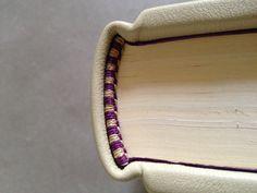 Cabezada en dos hilos para una Biblia
