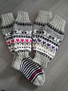Minä itte mutta jotain Jonnalta ja Pinterestistä, jos oikein muistan :) Mittens Pattern, Knit Mittens, Knitting Socks, Hand Knitting, Knitting For Kids, Baby Knitting Patterns, Knitting Stitches, Crochet Socks, Knit Or Crochet