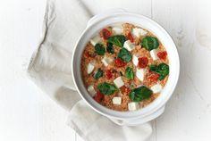 Quinoa ovenschotel met tomaat, spinazie en mozzarella
