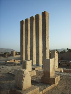 Arsh Bilqis (yemen)– the Throne of Bilqis – is the second most important temple in Marib. A line of five elegant symmetrical pillars, also known as the Almaqah or Moon Temple, was built towards the end of the eighth century BC.