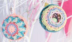 Hekel feestelike vensterballe vir die boom Crochet Earrings, Om, Gifts, Gift Ideas, Christmas Ornaments, Presents, Favors, Gift