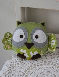 Every time I get an email inviting me to a new online venue where I can sell my creations, I get more and more frustrated that I am one woman band an… Easy Sewing Projects, Sewing Crafts, Fete Ideas, Diy Christmas Presents, Felt Owls, Felt Baby, Baby Owls, Felt Fabric, Homemade Crafts
