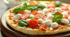 Italian pizza with tomatoes, basil and mozzarella: www.fourchette-and … Healthy Homemade Pizza, Healthy Pizza Recipes, Easy Recipes, Empanada Caprese, Pizza Fitness, Pizza Legal, Cancer Causing Foods, Veggie Pizza, Gluten Free Pizza
